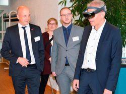 Wirtschaftsminister Tarek Al-Wazir beim Erkunden virtueller Welten.